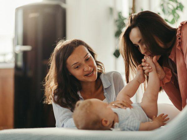 Doula und Mutter mit Säugling
