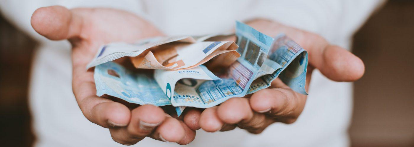 Hände mit Geldscheinen