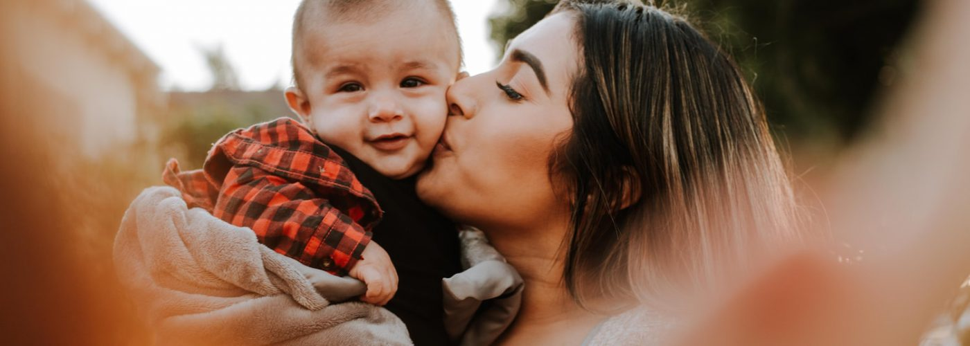Junge Mutter mit Kind