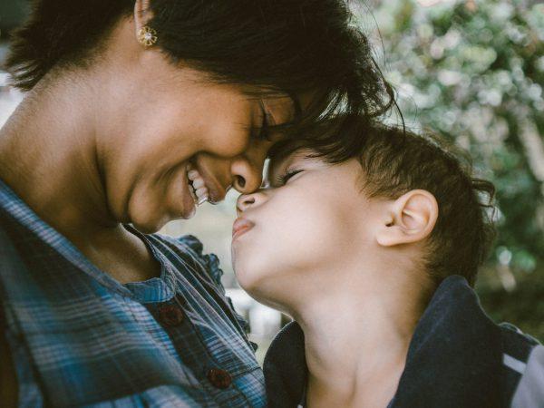 Mutter und Sohn in inniger Pose