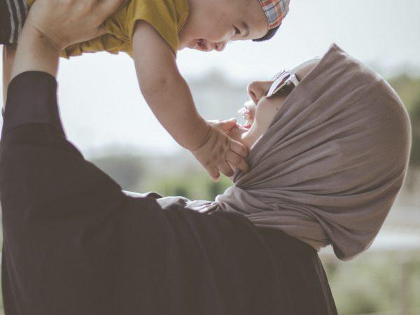 Mutter gibt ihrem Kind Vertrauen