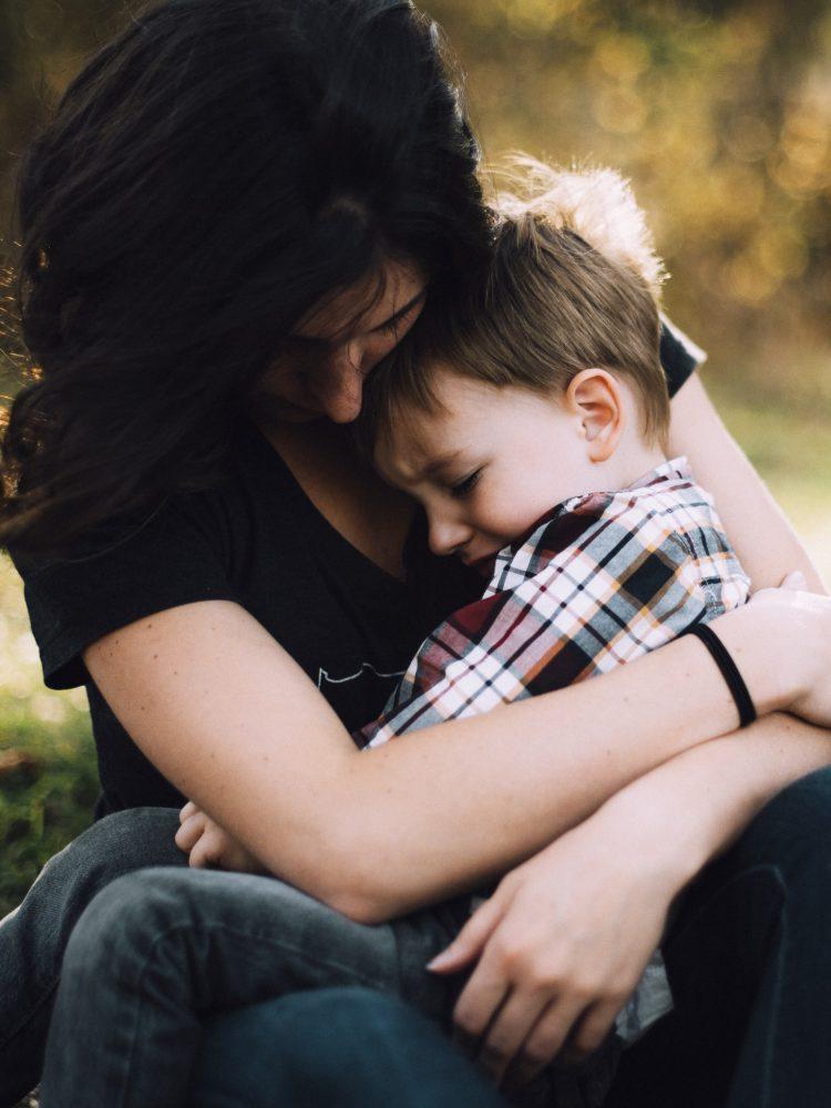 Mutter tröstet ihr Kind