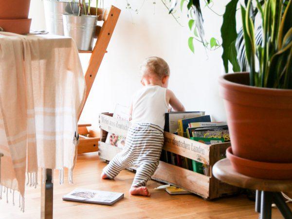 Kleinkind an der Bücherkiste