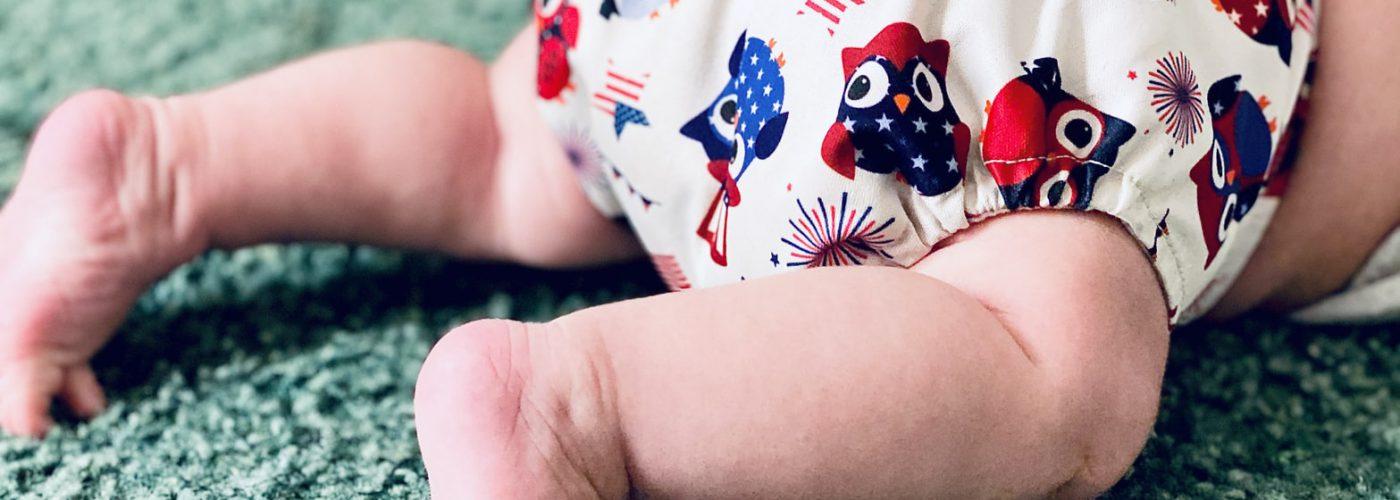 Baby mit Stoffwindel